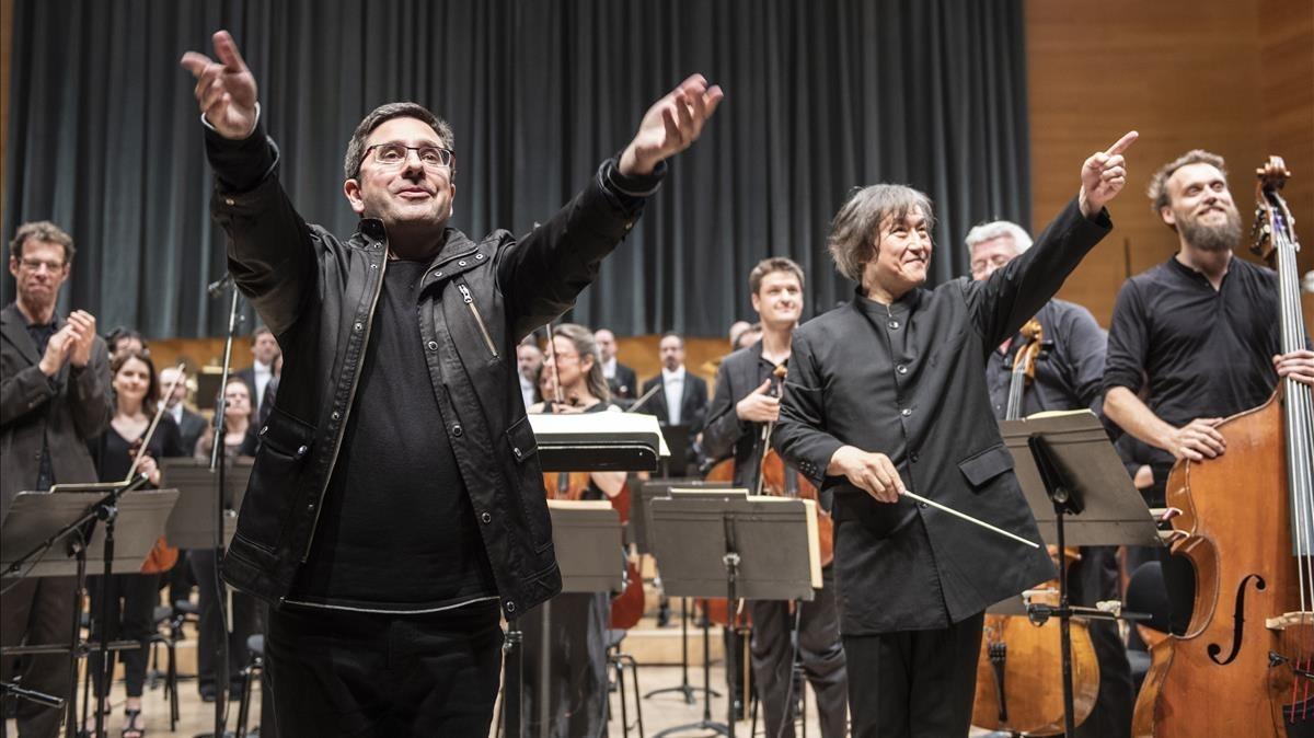 El compositor Hèctor Parra (izquierda) y eldirector Kazushi Ono, tras el estreno de Inscape en el Auditori.