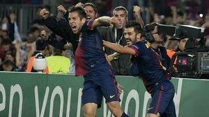 Jordi Alba y David Villa, dos de los fichajes realizados por el Barça al Valencia, celebran un gol del defensa al Celtic de Glasgow.