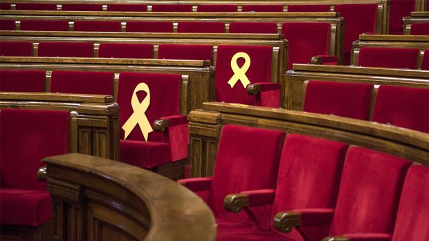 El hemiciclo del Parlament con dos lazos amarillos.