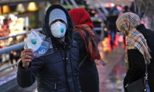Un joven vende mascarillas por la calle en Teherán (Irán), ayer.