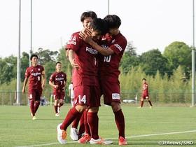 Los jugadores del Vissel Kobe se abrazan.