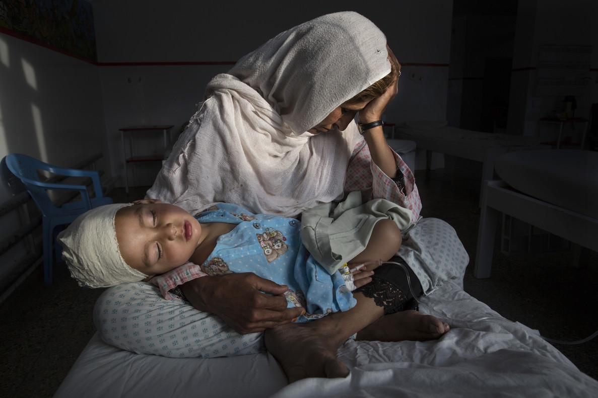 Las víctimas silenciosas de una guerra olvidada, imagen tomada porPaula Bronstein en un hospital de Afganistán, de una mujer sosteniendo a su sobrino de dos años, herido por una bomba en Kabul, en marzo del 2016.