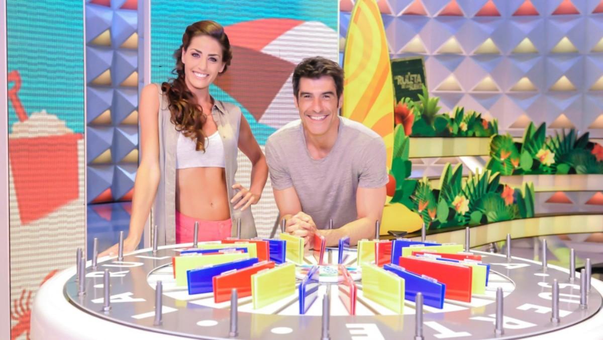 Laura Moure y Jorge Fernández en el plató de La ruleta de la suerte.