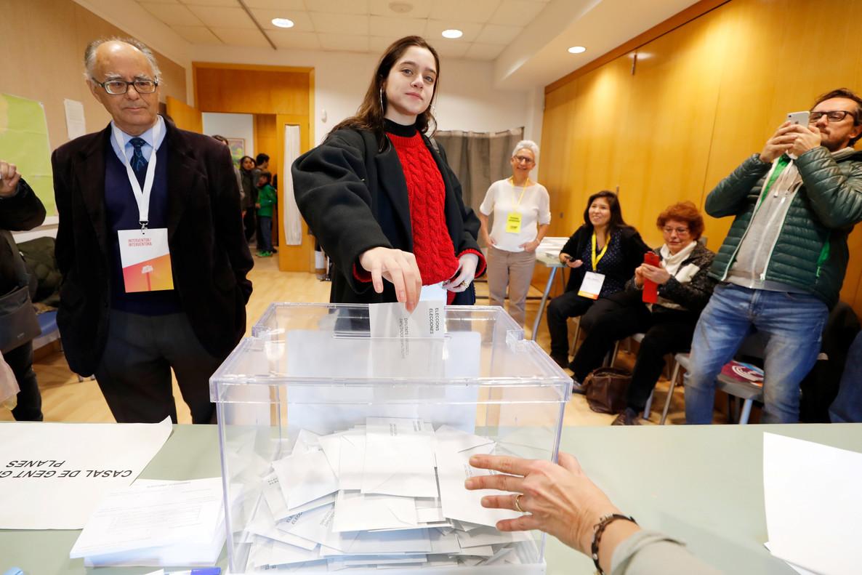 Laura Sancho, la joven de 18 años, que ha acudido a votar en nombre del expresidente Carles Puigdemont.