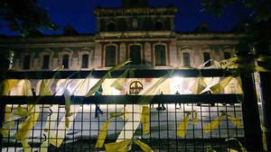 Els CDR envolten el Parlament amb llaços grocs