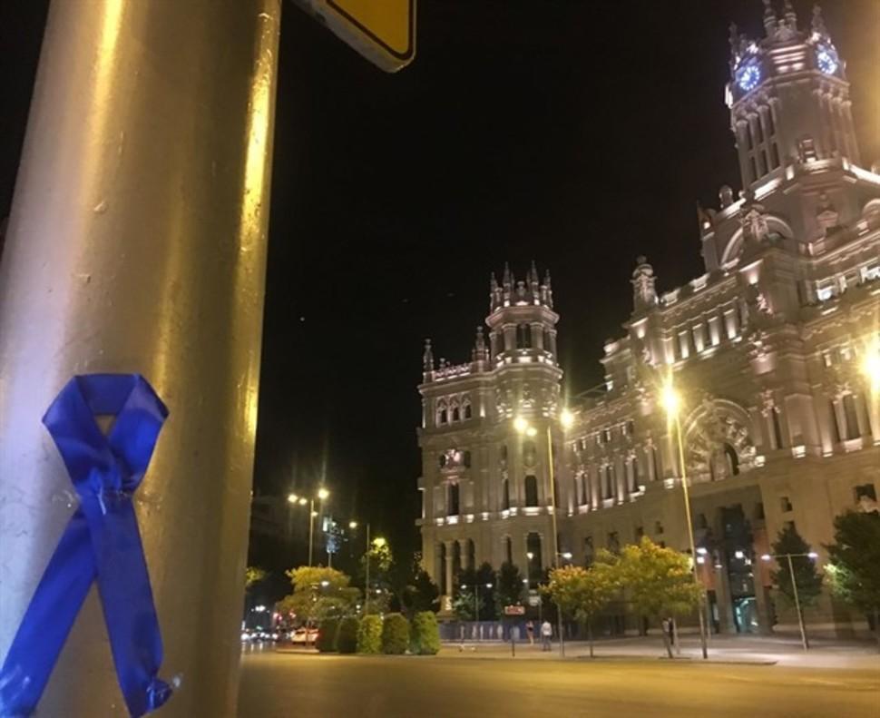 Lazos azules frente al Ayuntamiento.