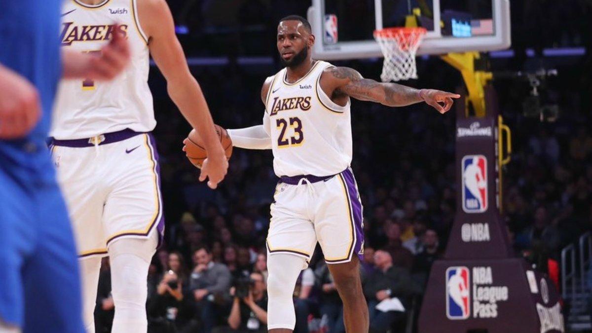 Lebron James dirigiendo a los Lakers en el partido contra los Mavericks.