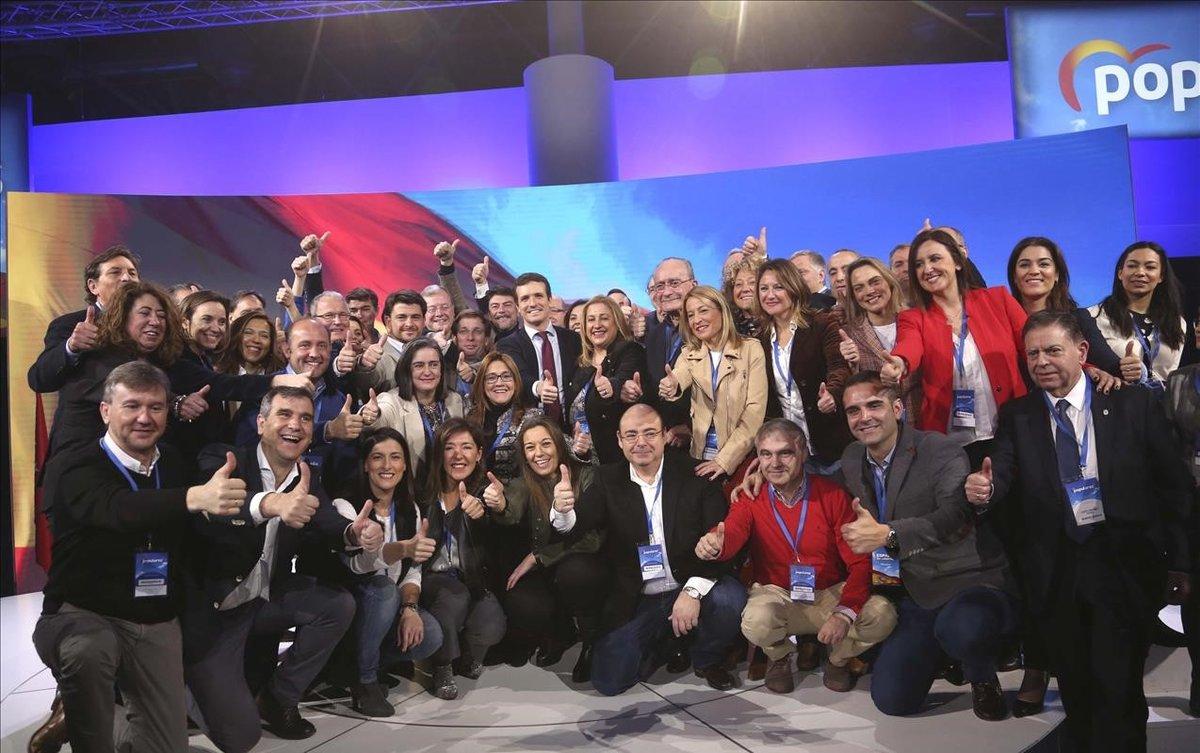 El líder del PP, Pablo Casado, junto a sus candidatos municipales en la convención del partido