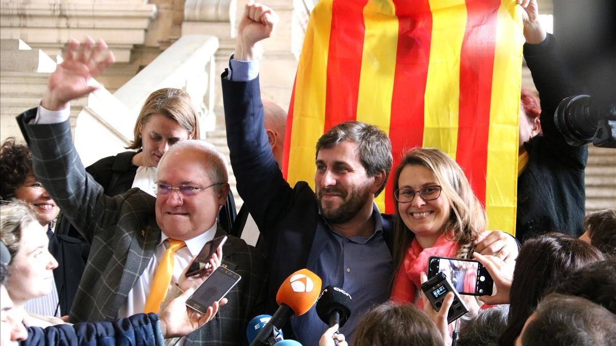 Lluís Puig, Toni Comín y Meritxell Serret celebran la decisión del juez.