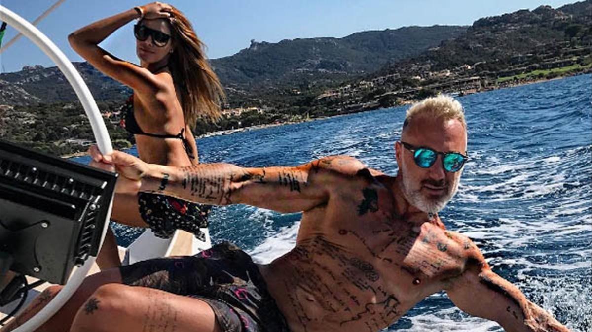 Gianluca Vacchi, con su novia colombiana, navegando por Cerdeña la semana pasada.