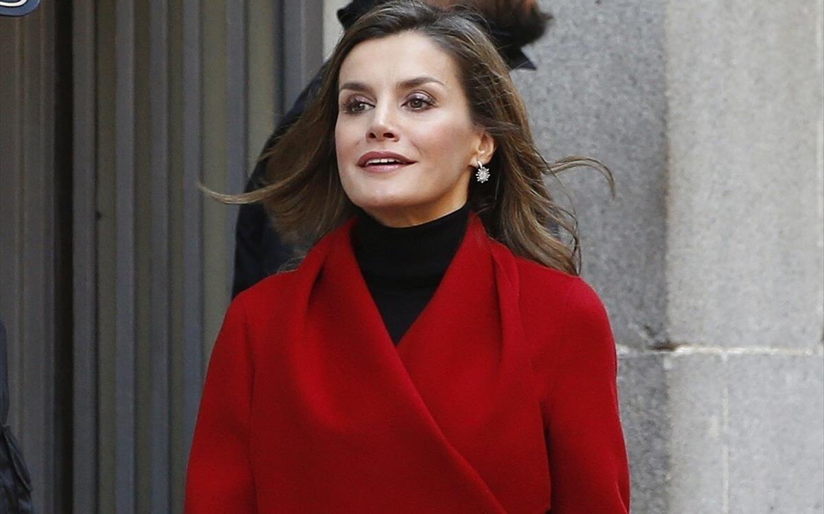 La reina Letizia, de rojo, el pasado 21 de diciembre, en un actor de la Asociación Española contra el Cáncer.