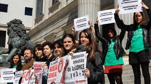 Miembros del Sindicato de Estudiantes (SE) exigen las derogación de la LOMCE en la escalinata de acceso al Congreso.