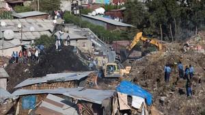 Los equipos de emergencia buscan personas atrapadas entre los escombros del vertedero de Adis Abeba.