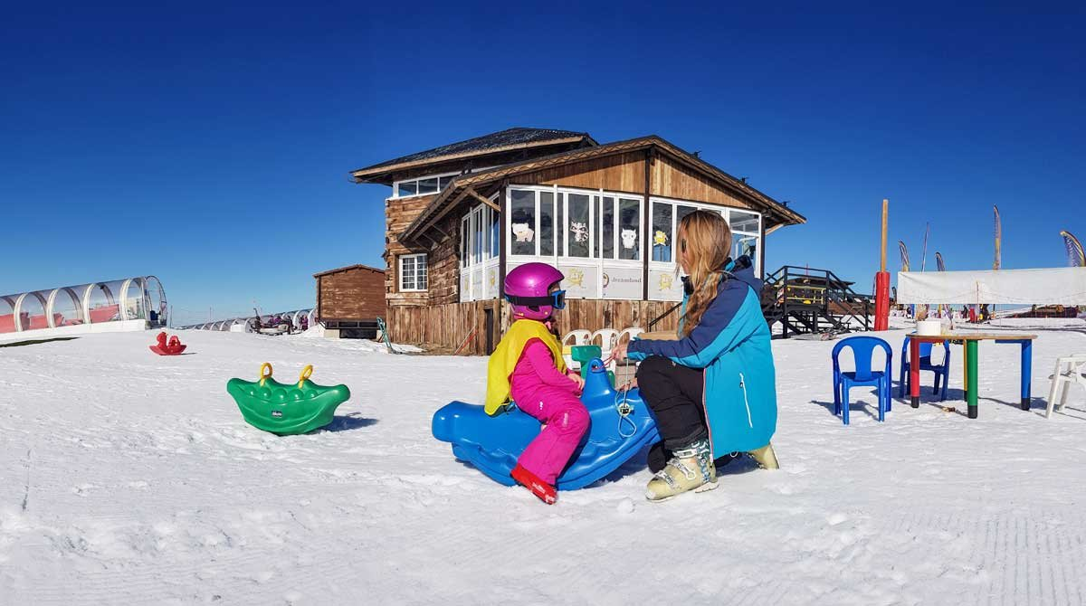 Los parques de nieve son el mejor escenario para que los niños disfruten de un buen debut y de la mano de personal especializado.