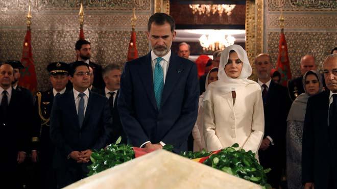Los Reyes de España hacen la tradicional ofrenda en el Mausoleo Mohamed V.