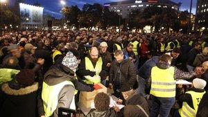 Los taxistas de Barcelona durante la votación acerca de si continúan o no la protesta.