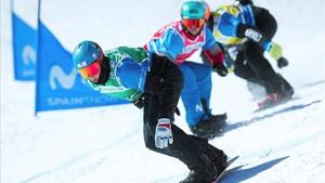 Lucas Eguibar, detrás del holandés Glenn de Bois, en una de las bajadas del snowboardcros de La Molina de Copa del Mundo, este sábado.