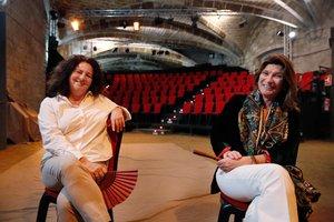 Un lugar singular. Maria Botey y Rosa García posan en el espacio teatral al que tantas veces acuden como espectadoras.