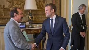 Macron (derecha) saluda al líder de la CGT, Philippe Martinez, en el palacio del Elíseo, en París, el 23 de mayo.