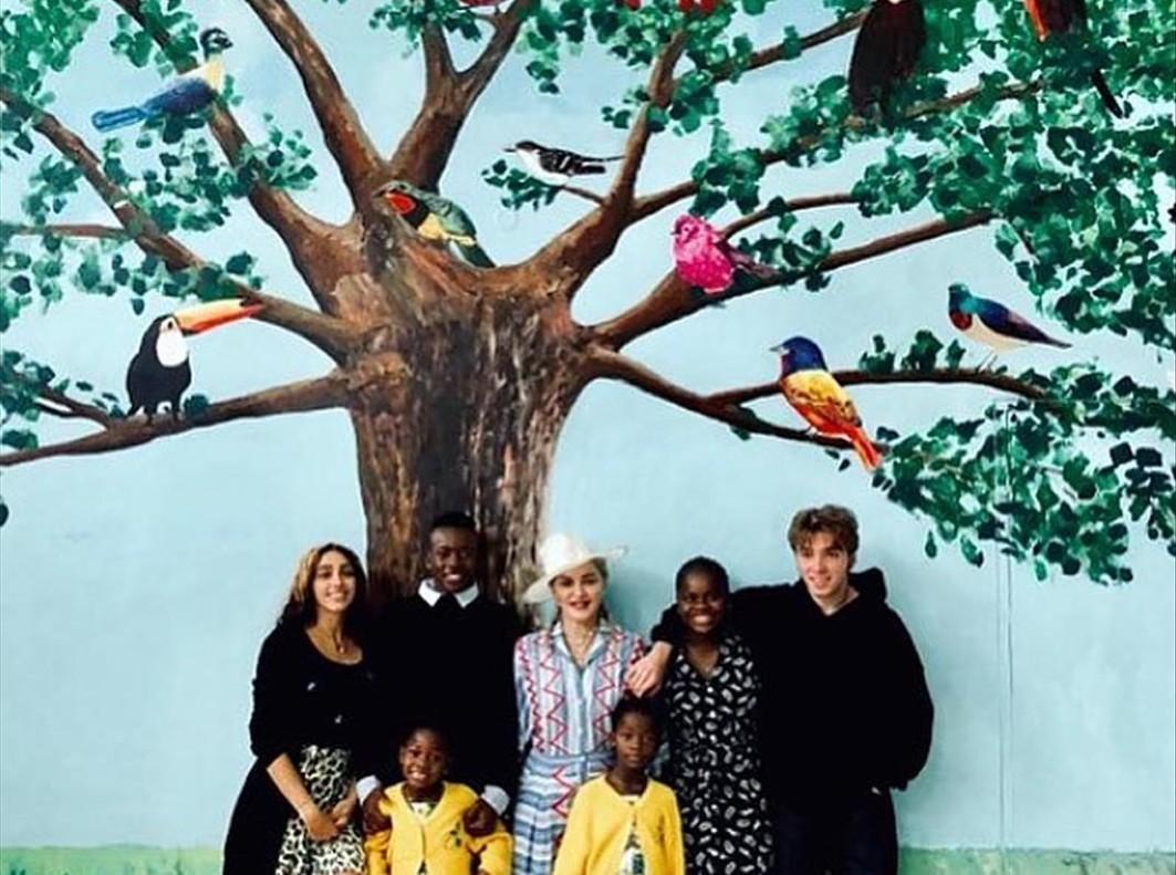 Madonna posa con sus seis hijos en Malawi.