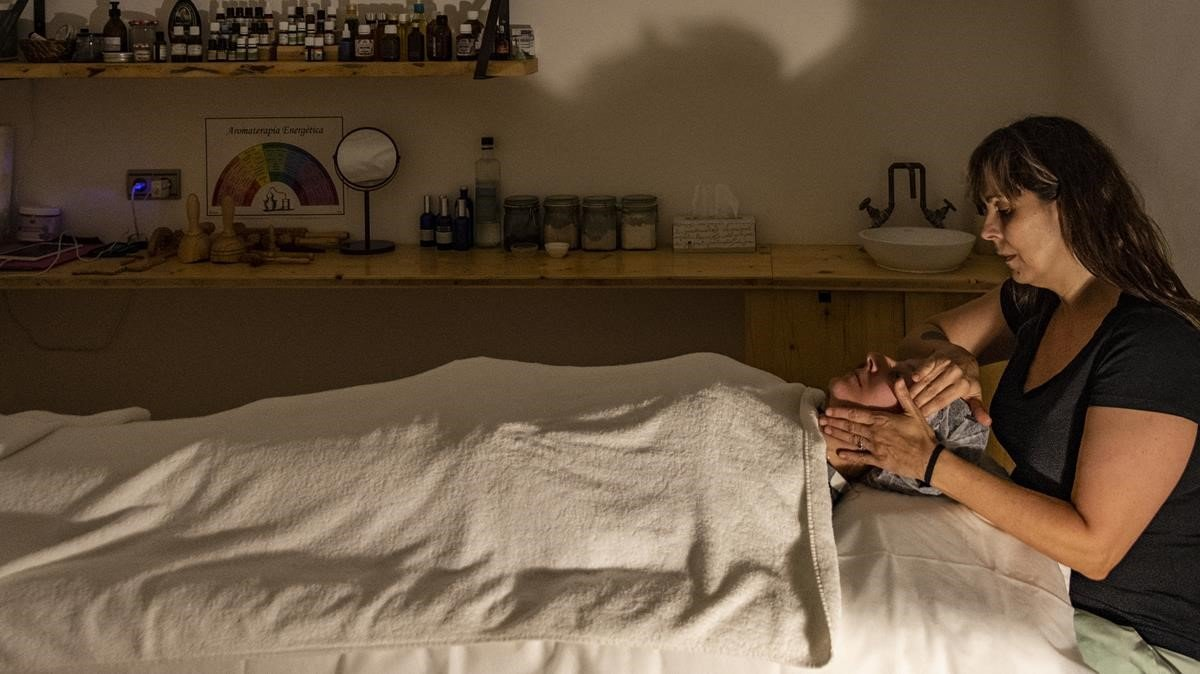 Maite Sánchez, encargada de Végere, realiza un tratamiento a una clienta.