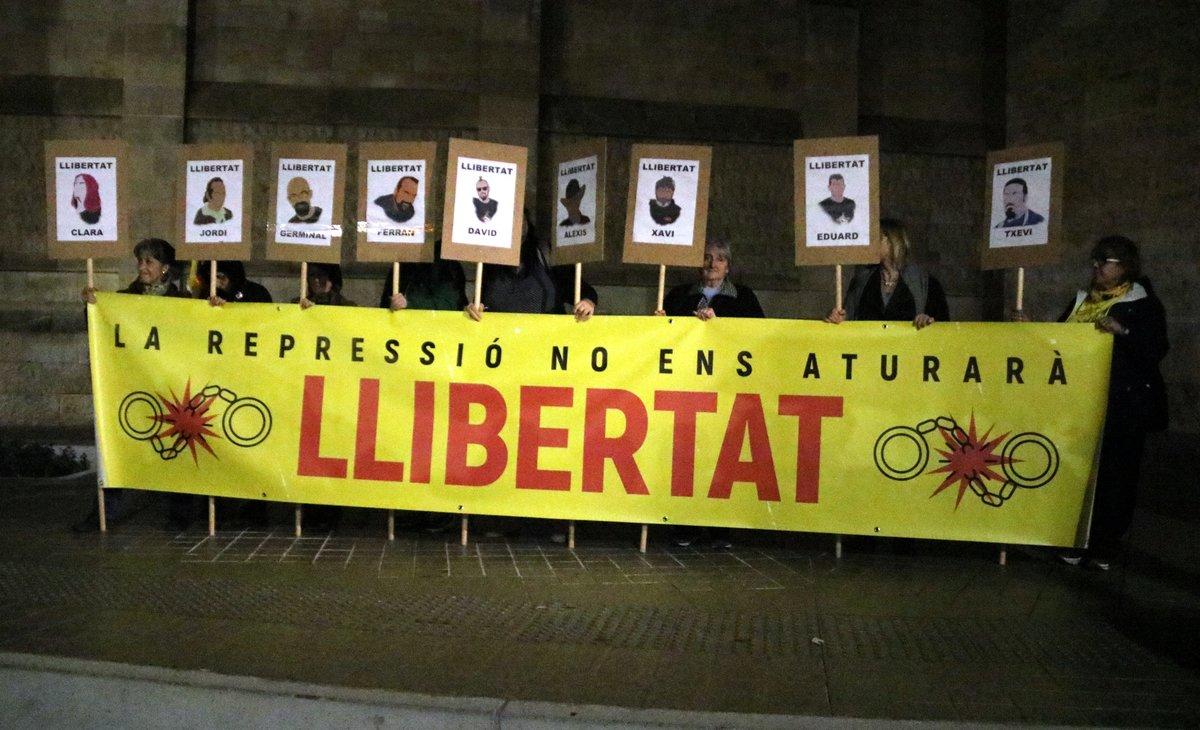 Centenars de persones reclamen a Sabadell l'alliberament dels set CDR detinguts el 23-S