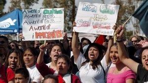 Foto de archivo de unas estudiantes en una manifestación afavor de los derechos de los inmigrantes en Sacramento, California.