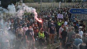 Manifestación de trabajadores de Nissan ante el concesionario de Renault de Esplugues de Llobregat (Barcelona).