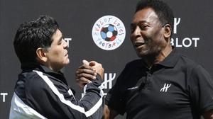 Maradona y Pelé se reconcilian en París.