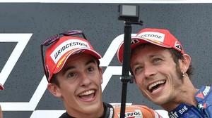 Marc Márquez y Valentino Rossi bromean en el podio de Alemania, en julio del 2015.