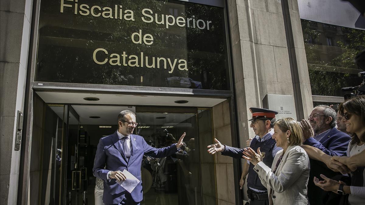 Marc Solsona, alcalde de Mollerusa, ovacionado por Carme Forcadell, entre otros, a la salida de Fiscalia Superior de Catalunya, en septiembre del 2017.