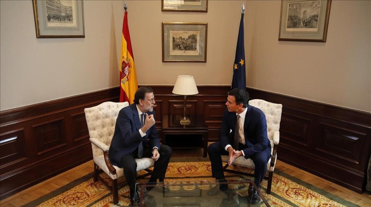 Mariano Rajoy y Pedro Sánchez en su reunión en el Congreso antes del debate de investidura.