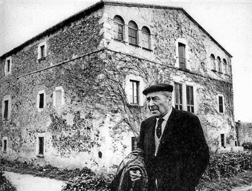 EN EL MAS DE LLOFRIU Josep Pla, en la casa familiar donde se retiró tras la guerra.