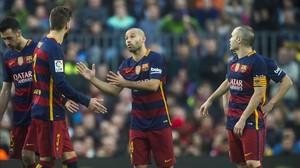 Mascherano, Iniesta y Piqué conversan durante el Barça-Atlético enel Camp Nou.