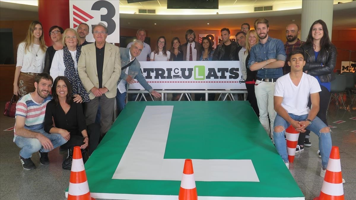 Algunos de los alumnos protagonistas y parte del equipo de Matriculats (TV-3).