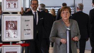 Merkel espera para votar sobre las medidas de salud a adoptar en Alemania en el Parlamento, este jueves.