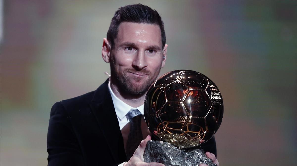Messi posa con su sexto Balón de Oro.
