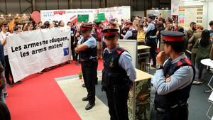 Protesta por la presencia del Ejército en la feria de educación de Lleida