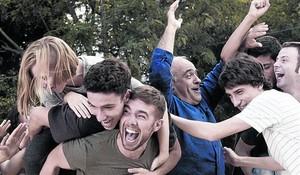 Imagen de la serie Merlí, con Carlos Cuevas en el centro.