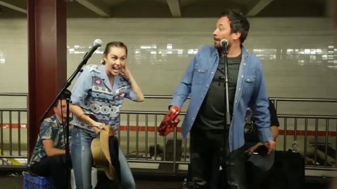 Miley Cyrus i Jimmy Fallon actuen per sorpresa al metro de Nova York.