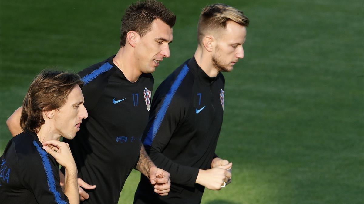 Modric, Mandzukic y Rakitic calientan en el entrenamiento realizado en el estadio Luzhniki de Moscú.