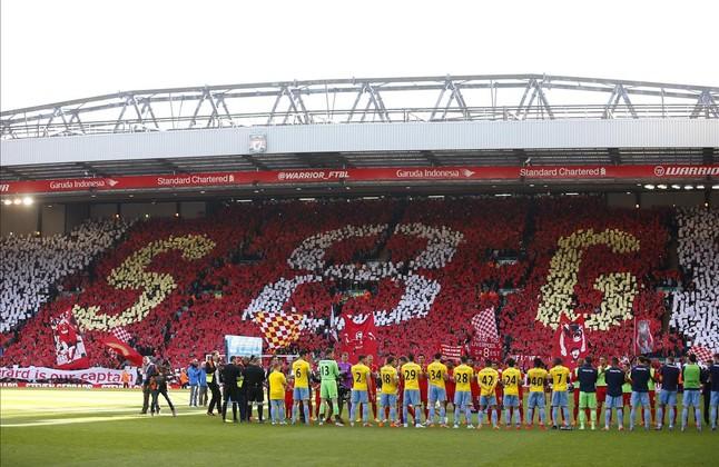 Mosaico en la grada de Anfield con las iniciales y el dorsal de Steven Gerrard.