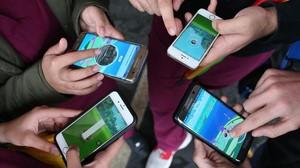 Móviles con Pokémon Go.
