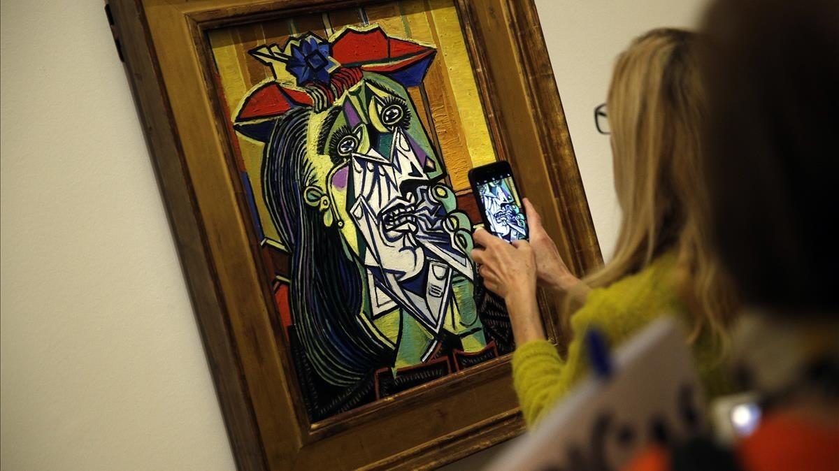 'La mujer que llora' (1937), una de las piezas de Pablo Picasso que lucen en la exposición 'Guernica' del Museo Picasso de París.
