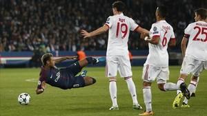 Neymar cae al suelo ante tres jugadores del Bayern.