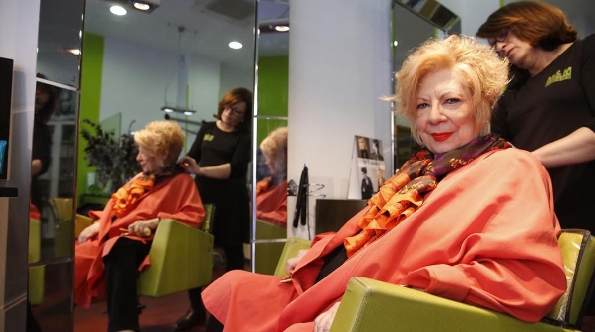Núria Feliu, en su peluquería de toda la vida.