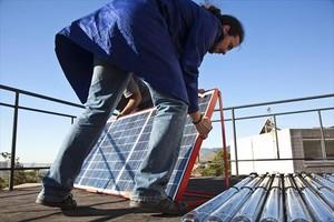 Un operario instala una placa solar técnica en Santa Coloma de Gramenet.