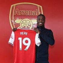 Nicolas Pépé, último fichaje del Arsenal, posa con su nueva camiseta.