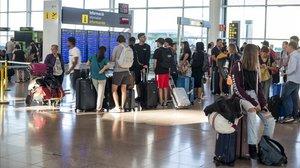 Panel de salidas de la terminal 1 del aeropuerto de El Prat este sábado.