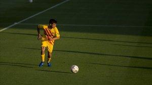 Pedri conduce el balón en una jugada de ataque ante el Nàstic en el Estadi Johan Cruyff.
